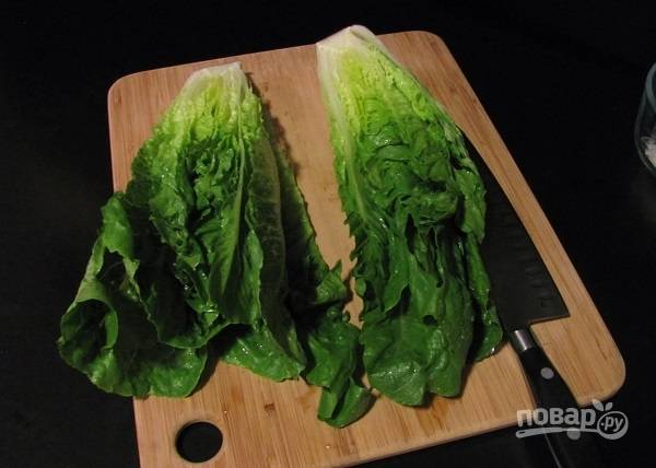 3. Тем временем вымойте и обсушите листья салата.