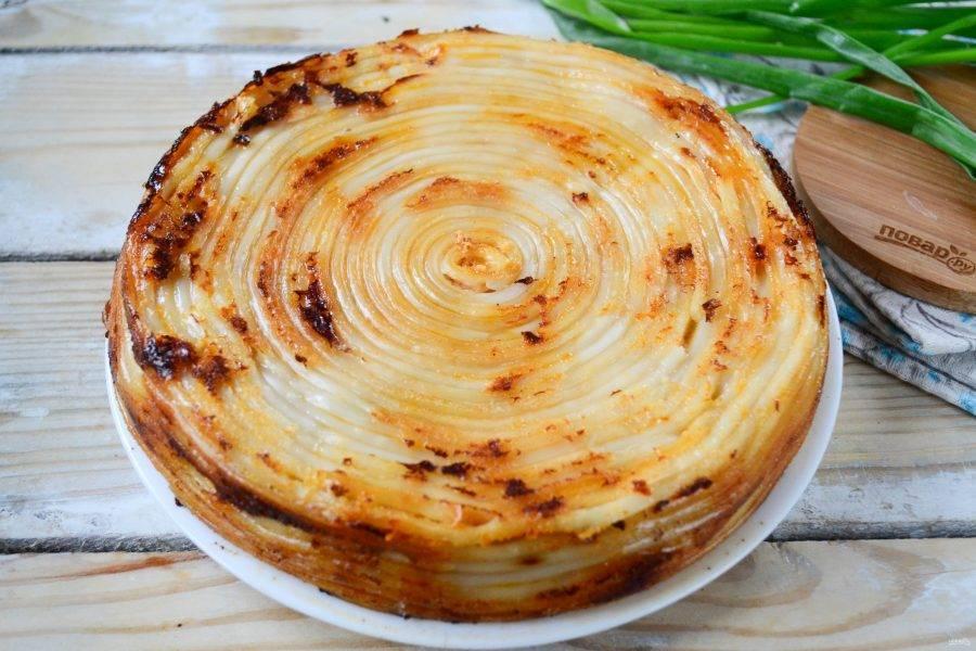 Готовый пирог переверните на тарелку, украсьте зеленью подавайте.