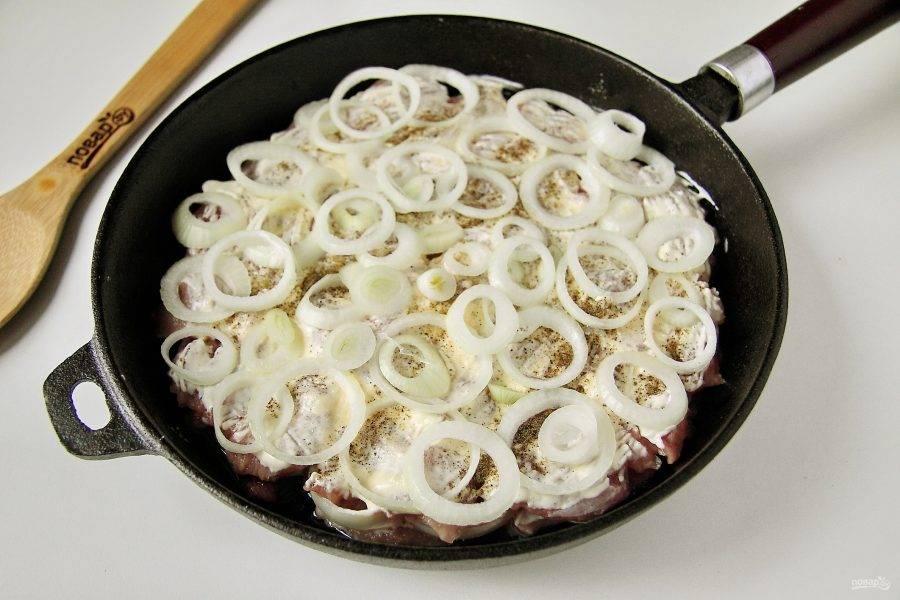 Повторите слои еще раз в таком же порядке, причем количество слоев может быть несколько, все зависит от количества мяса, которое вы хотите приготовить. Накройте сковороду крышкой и тушите на небольшом огне 45 минут.
