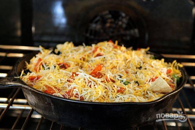 6. Запекайте пиццу на чипсах в разогретой до 200 градусов духовке в течение 5-7 минут.