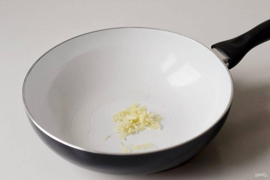Мелко измельчите имбирь и чеснок. Обжарьте их на сковороде в растительном масле 1 минуту.