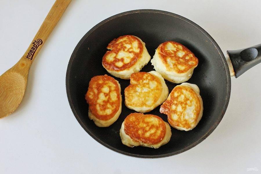 Разогрейте сковороду с маслом и выкладывайте тесто при помощи столовой ложки. Обжаривайте оладьи с двух сторон до золотистого цвета. Огонь должен быть чуть ниже среднего.