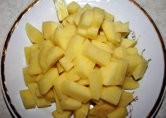 Тем временем порежьте картофель, и как только бульон закипит, отправьте его в кастрюлю. Варите 20 минут.