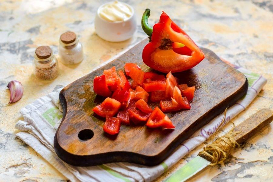 Сладкий перец очистите от семян и нарежьте полосками.