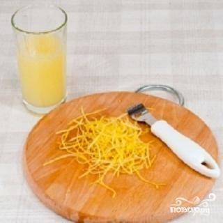 1.Вымойте лимоны и снимите с них цедру. С мякоти лимонов надо выдавить сок.