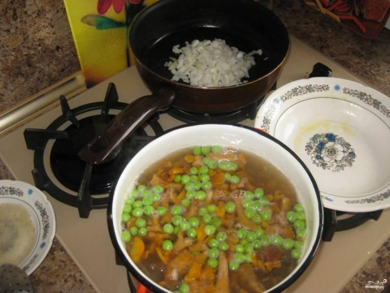 После морковки слегка обжариваем лук. Пока жарится лук, добавляем в кастрюлю вместе с обжаренной морковкой горох, брокколи и кукурузу.
