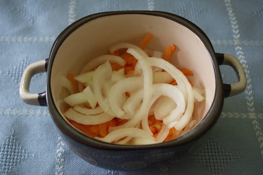 В горшочек или вот в такую кастрюльку (керамика) выложите смесь морковки и лука.