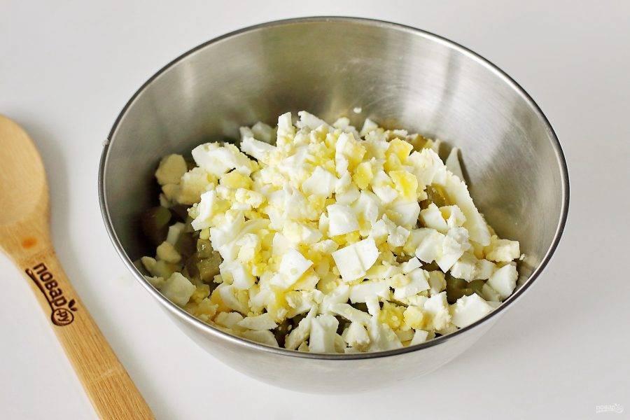 Нарежьте кубиками яйца.
