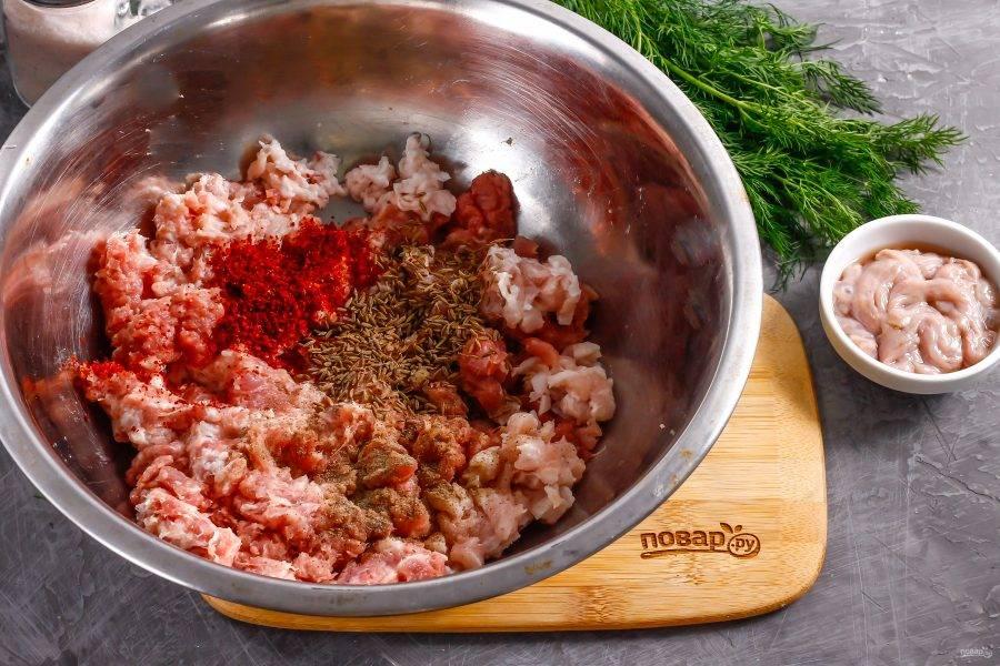Прокрутите мясо на мясорубке, поместив в технику решетку с крупными ячейками. В полученный фарш высыпьте молотую сладкую паприку, соль, молотый черный перец и семена фенхеля — они являются обязательной добавкой. Паприку можно использовать подкопченную — вкус колбасы от этого только выиграет. Мелко нарежьте подмороженное сало и добавьте в фарш. Все тщательно перемешайте, поместите фарш в холодильник минимум на 6 часов. Сразу же набивать кишки фаршем нельзя — масло из семян фенхеля должно выделиться при открытом пространстве.