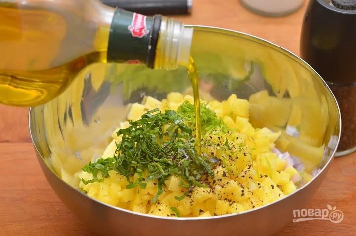 5.В миску выкладываю ананас, лук, цедру лайма и базилик, заправляю все оливковым маслом (можно добавить немного сока ананаса, если используете консервированный), по вкусу солю и перчу.