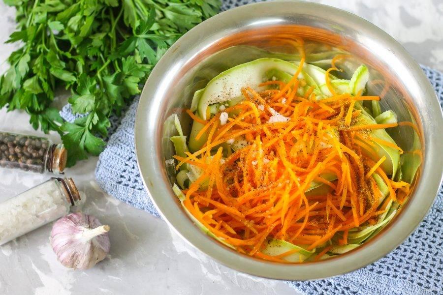Выложите в глубокую емкость кабачковую нарезку, добавьте обжаренную морковь.