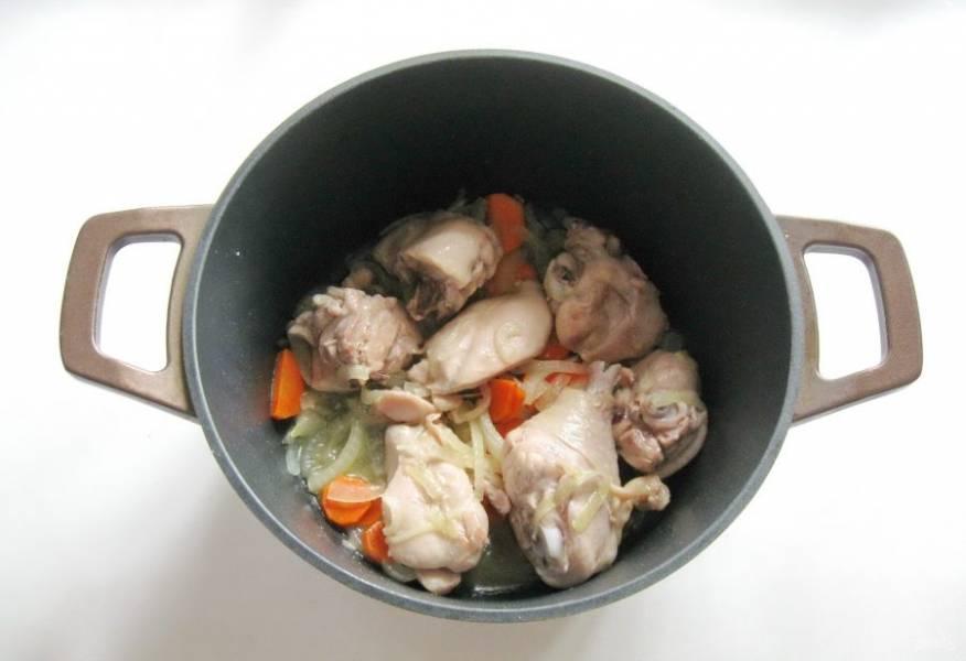 В течение 10-12 минут обжарьте курицу с овощами, периодически перемешивая.