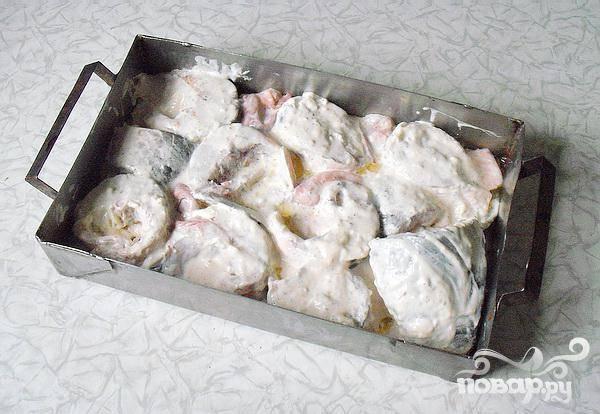 4.Растительным маслом смазываем противень, выкладываем кусочки рыбы, сверху на рыбу поливаем оставшимся майонезным соусом, специями и соком лимона. Можно добавлять сухого белого вина.