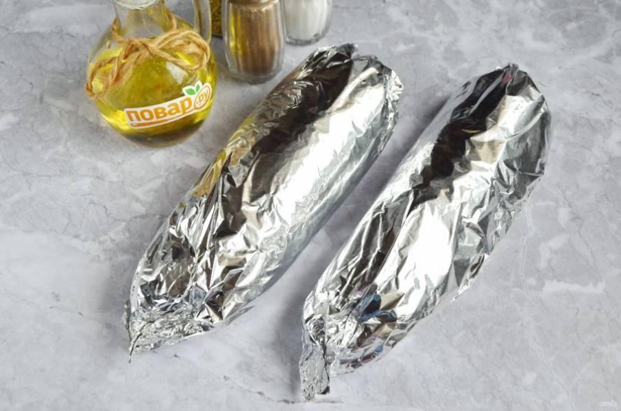 5. Сложите рыбку, так чтобы начинка осталась внутри. Смажьте снаружи растительным маслом. Заверните в бумагу, потом в фольгу. Так рыбный сок и жир останется внутри, не пригорит мясо к фольге.