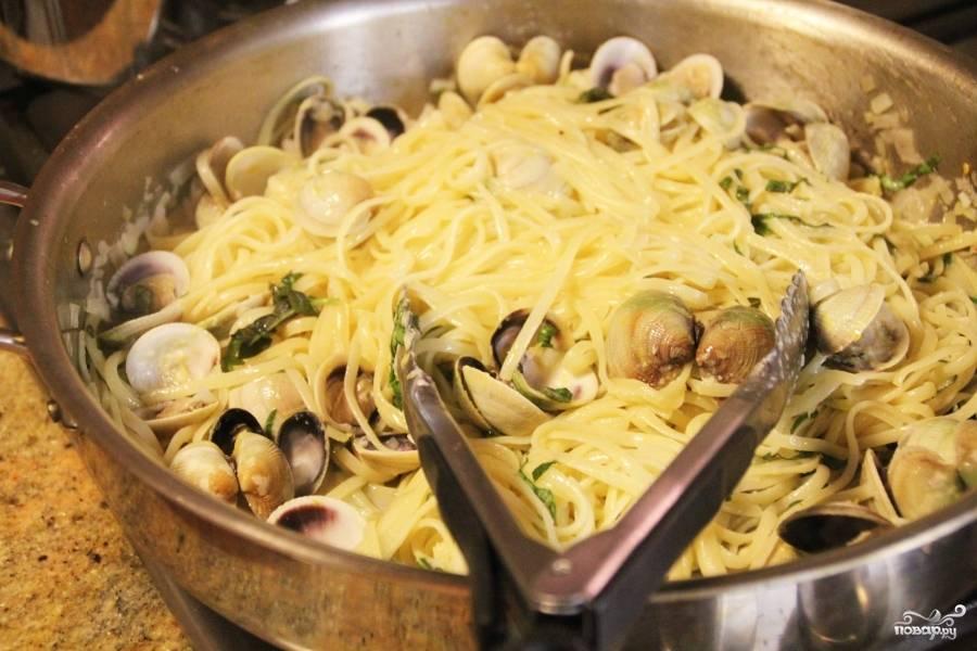 В сковороду, с оставшимся получившимся соусом вылить один стакан воды из кастрюли со спагетти. Доведите до кипения и добавьте туда спагетти. Помешайте. Слейте воду. Выложите к спагетти моллюски и тёртый сыр с лимонной цедрой. Паста с моллюсками подаётся на стол горячей, сверху посыпьте оставшимся пармезаном, полейте соком лимона. Приятного аппетита!:)