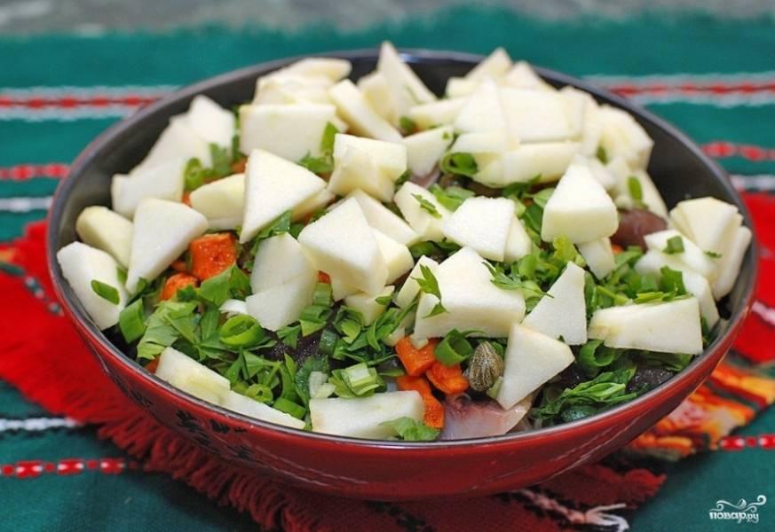 Затем добавляем яблоки и зелень. Салат заправляем оливковым маслом, смешанным с перцем, солью и карри.