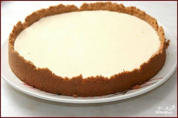 Ставим пирог обратно в духовку и выпекаем 10-12 минут при температуре 180 градусов. Вкуснейший пирог со сгущенкой готов :)