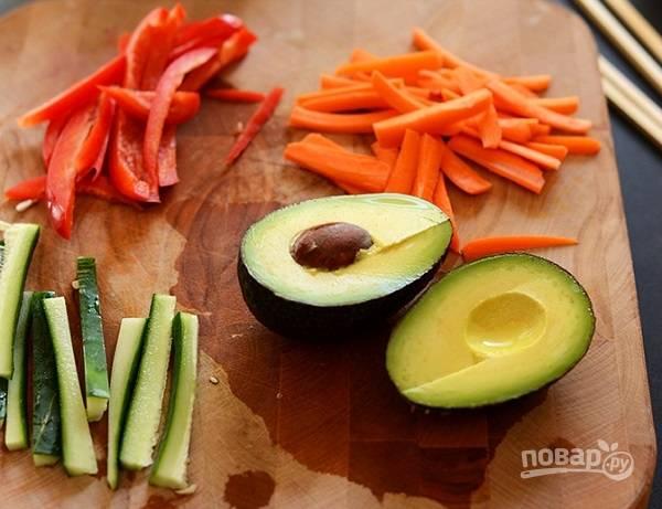 2. Для приготовления начинки очистите и нарежьте тонкой соломкой овощи.