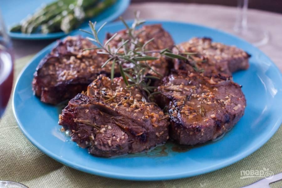 4.Достаньте мясо из духовки и переложите его на тарелку, полейте образовавшимися соками и подавайте к столу.