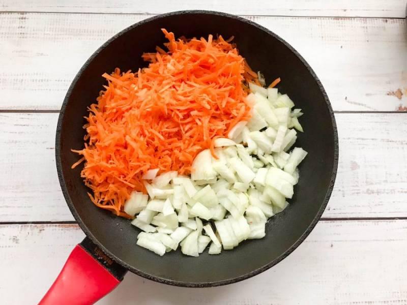 Лук с морковью обжарьте в хорошо разогретой  сковороде с растительным маслом до золотистого цвета.