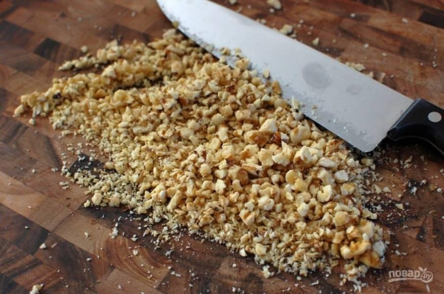 7.Тщательно измельчите грецкие орехи и разделите на 4 части.