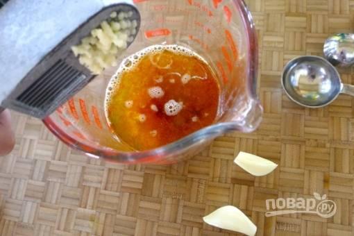 Затем добавим измельченный чеснок и снова все перемешиваем.