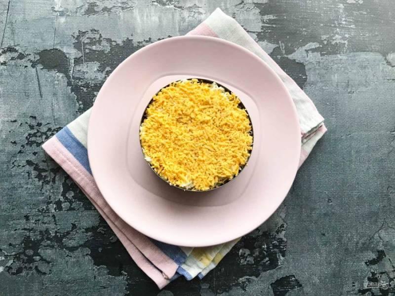 Верхний слой сделайте из тертых на мелкой терке желтков.