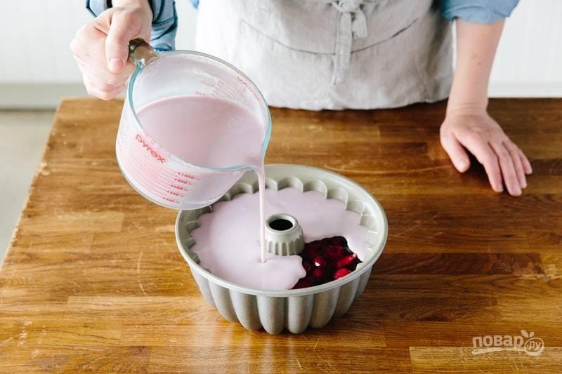 9.Спустя 2-3 часа достаньте из холодильника форму с застывшим желе и налейте поверх массу со сгущенкой.