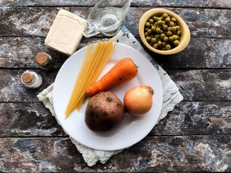Для приготовления сырного супа с зеленым горошком подготовьте все необходимые ингредиенты.