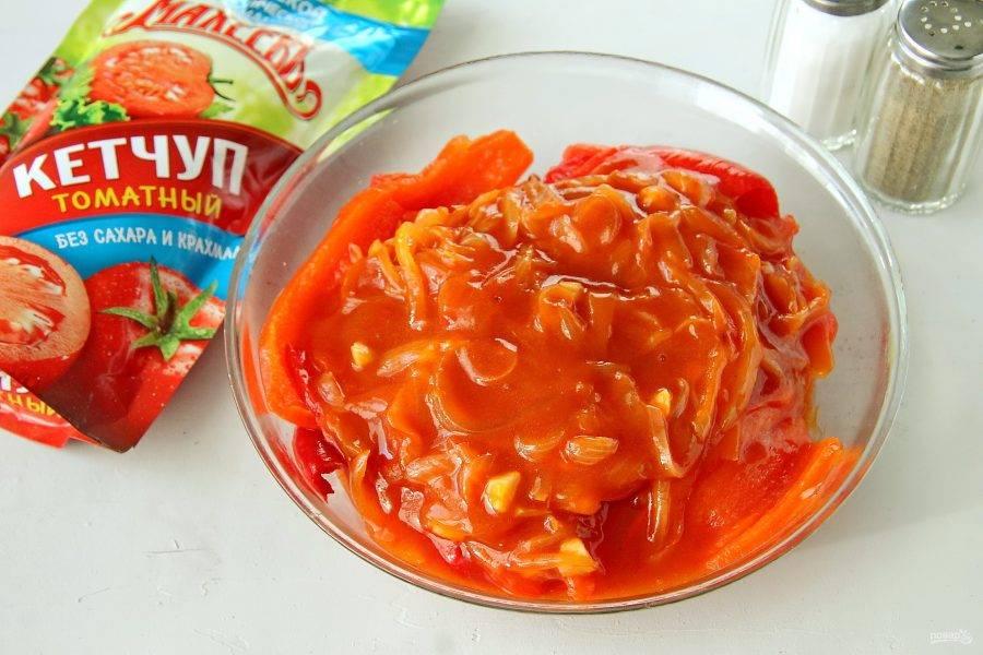 Добавьте приготовленную томатную заливку к остывшему перцу. Перемешайте и уберите в холодильник на пару часов.