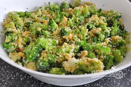 3. В глубокой емкости смешайте брокколи, вбейте яйца, добавьте панировочные сухари,  лук с чесноком, тертый сыр, соль и перец по вкусу. Тщательно перемешайте.