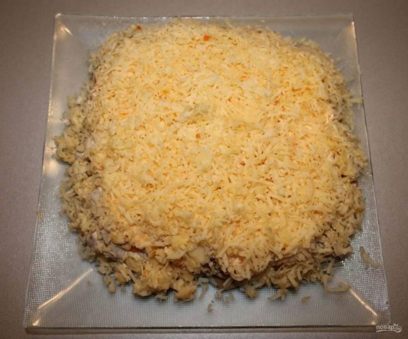 7. И в завершении — натертый на среднюю терку сыр. Теперь салат нужно отправить в холодильник минимум на один час.