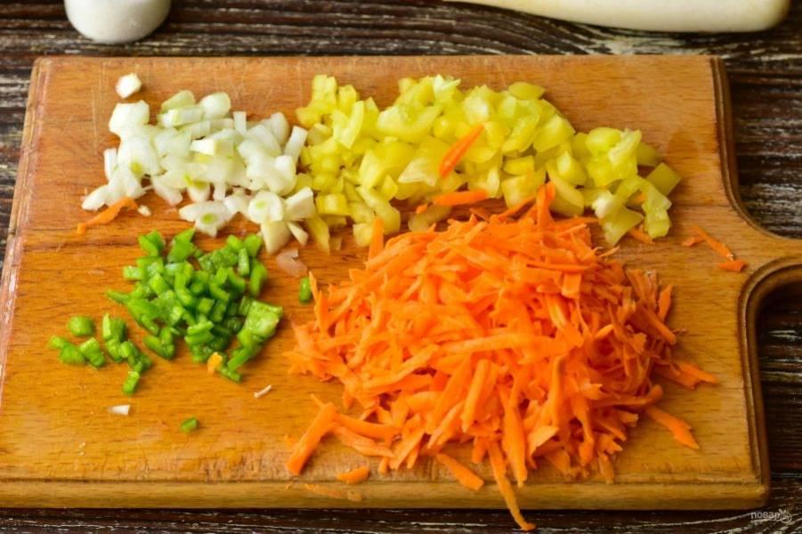 Мелко нарежьте лук, перец, морковь натрите на терке.