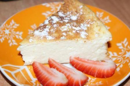 Подавайте к столу, посыпав запеканку сахарной пудрой, украсив фруктами или полив любимым вареньем. Приятного аппетита!