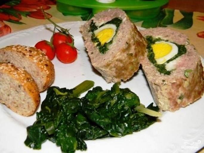 Мясной рулет с вареными яйцами