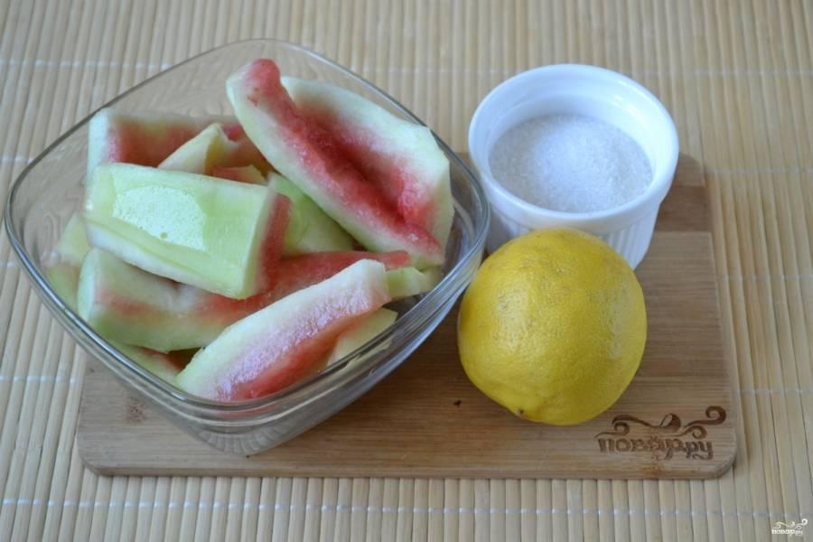 Подготовьте все необходимые ингредиенты. Арбузные корочки отделите от мякоти. Удалите твердую зеленую кожуру при помощи острого ножа или овощечистки.