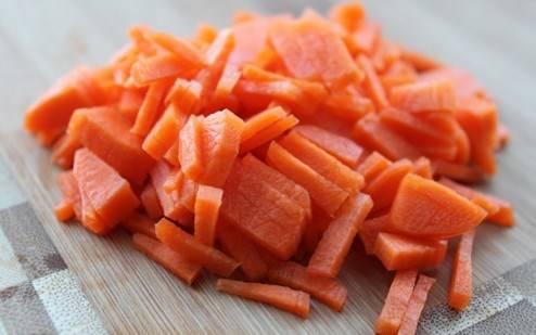 Так же нарезаем морковь.