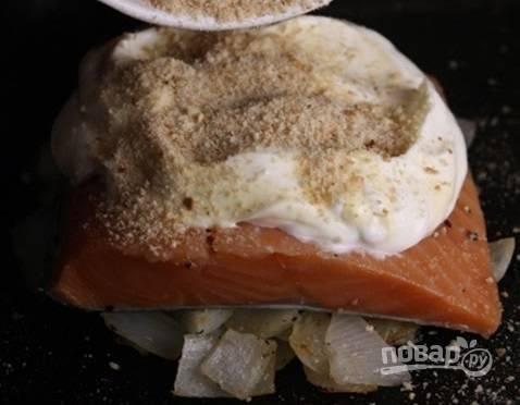 3. Присыпьте панировочными сухарями и отправьте в духовку на 25 минут.