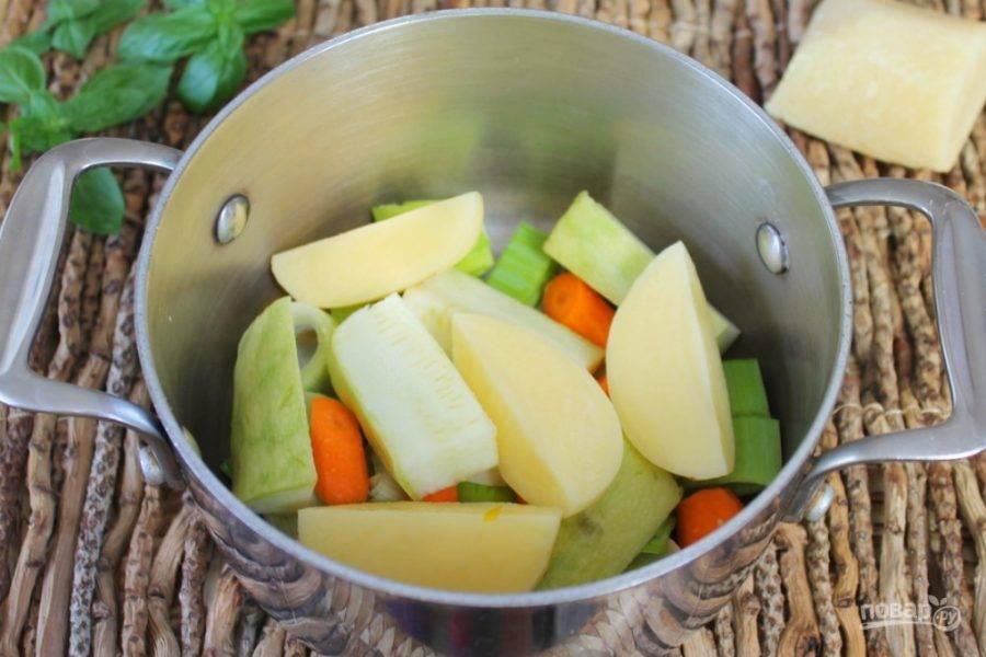 Добавляем кабачок и картофель.