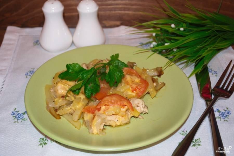Подайте блюдо к столу. Так ваше мясо по-французски в сковороде будет готово уже спустя 20-25 минут с момента начала приготовления.