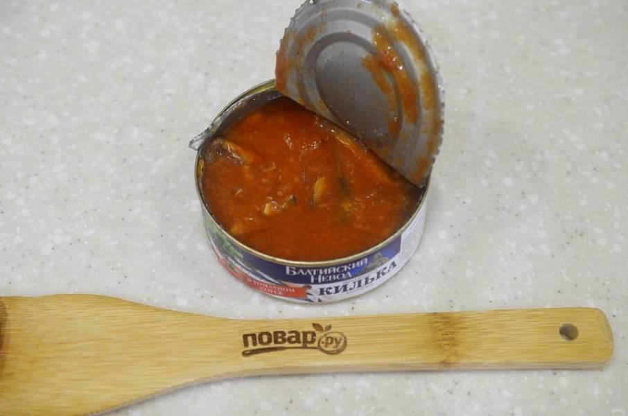 6. В последнюю очередь добавьте рыбные консервы, доведите до кипения и варите 5 минут. Дайте настояться минут 20.