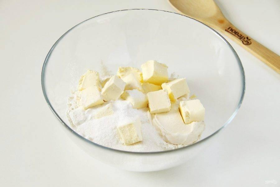 Соедините в глубокой миске муку, нарезанный кубикам мягкий маргарин, сметану, соль, сахар и соду.