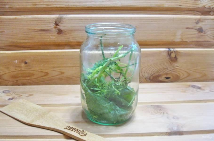 Литровую банку простерилизуйте. Помойте укроп, листья хрена и смородины. Выложите в банку.