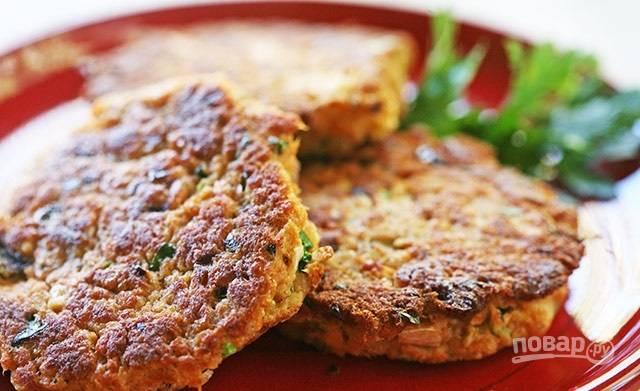 5.Ешьте котлетки горячими или после остывания, подавайте с гарниром или с кусочком хлеба.