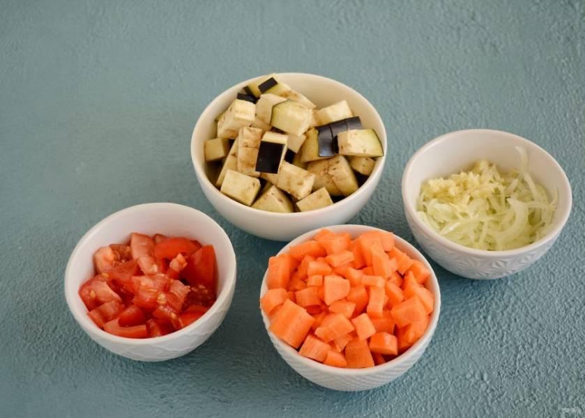 Овощи нарежьте кубиками среднего размера, лук тонкими полукольцами, а чеснок натрите на мелкой терке.