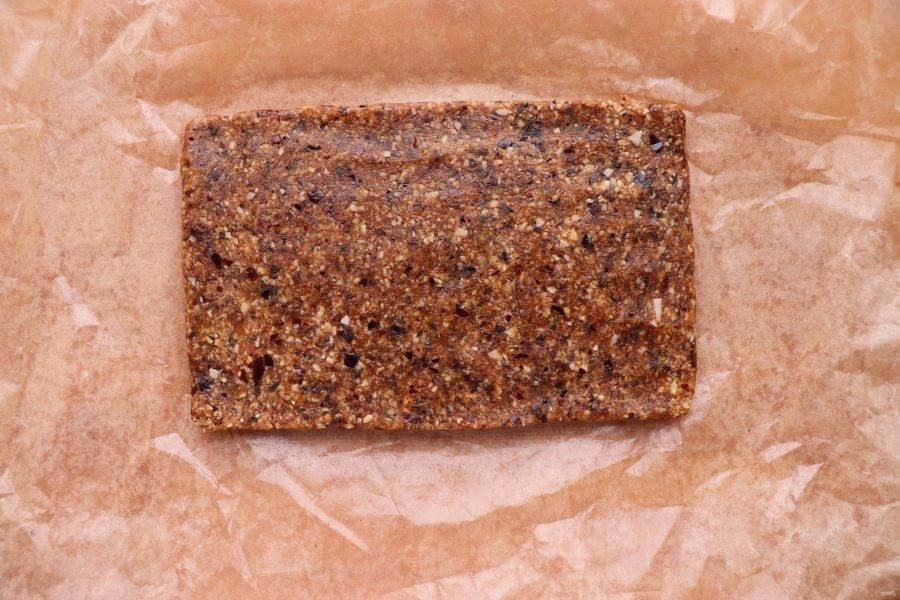 Полученную массу выложите на смазанную растительным маслом бумагу для выпечки и разровняйте. Уберите массу в холодильник на 2 часа.
