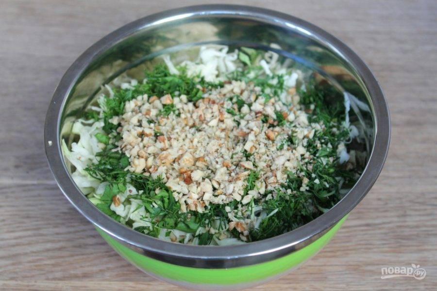 Грецкие орехи измельчаем и отправляем к остальным ингредиентам.