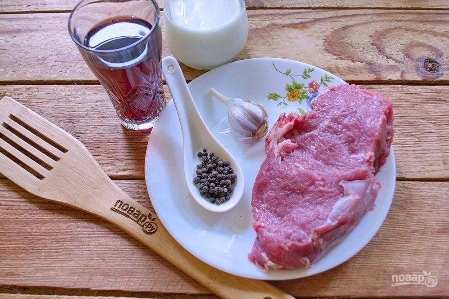 Для приготовления французского стейка возьмите телячью отбивную (вырезку), горсь черного перца горошком, немного вина, масла растительное, мука, сливки, специи.