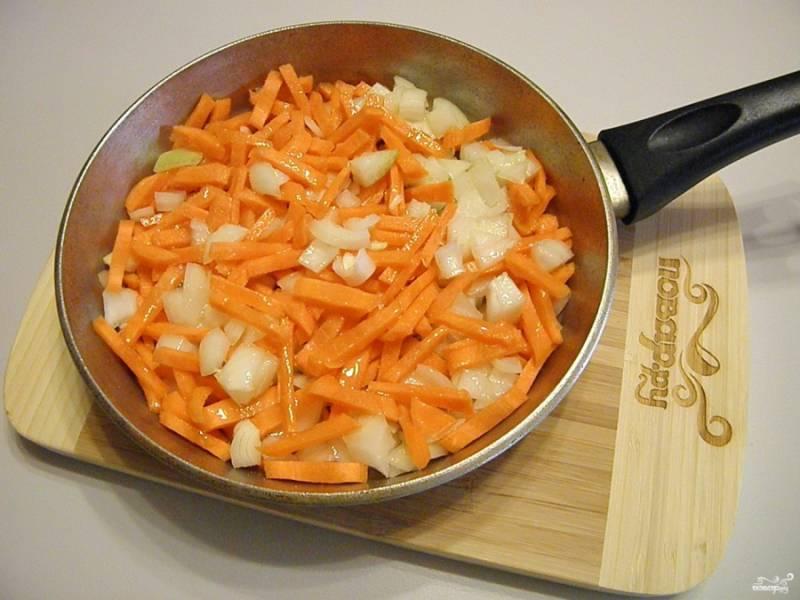 Пожарьте на растительном масле овощи. Посолите по вкусу.