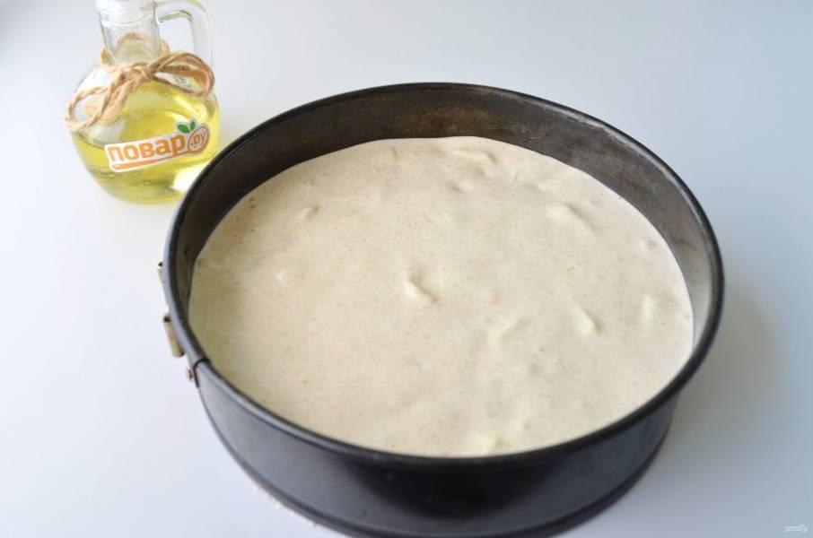 7. Форму застелите пергаментом, смажьте растительным маслом. Перелейте тесто, разровняйте лопаткой. Поставьте в прогретую духовку и выпекайте при 180 градусах 40-50 минут. Смотрите по своей духовке.